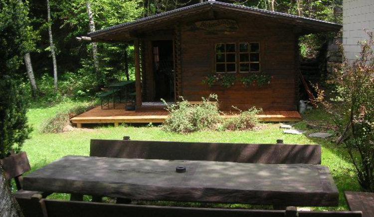 Hütte und Sitzgruppe im Garten