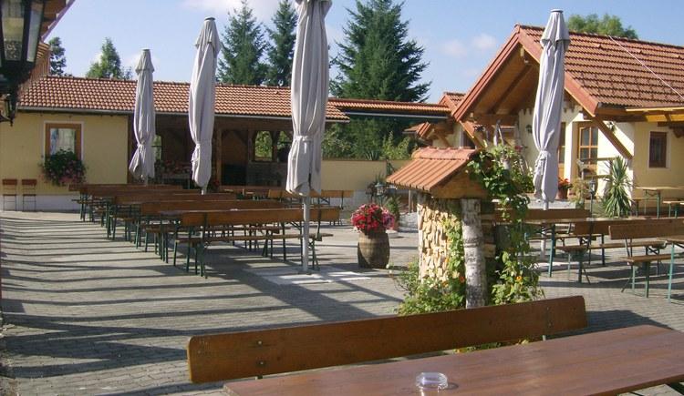 Weilbacher Mostbauer - der gemütliche und großzügige Gastgarten lädt zum Genießen von Most und Brettljause ein