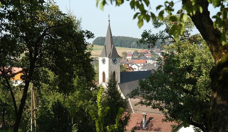 Pinsdorf Ortsaufnahme mit Kirche. (© TTG Tourismus Technologie)