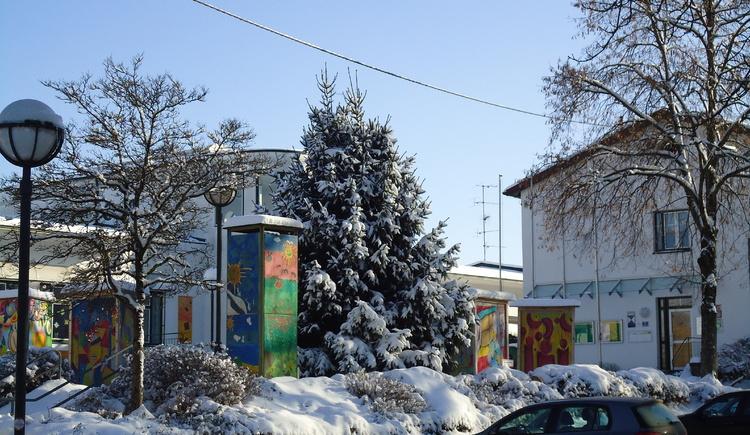 Dorfplatz St. Radegund mit Blick auf Volksschule und Gemeindeamt.