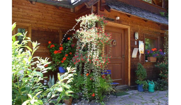 Hauseingang mit vielen Blumen