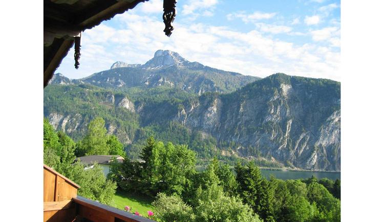 Aussicht vom Balkon auf den Wald, See, im Hinterrund die Berge