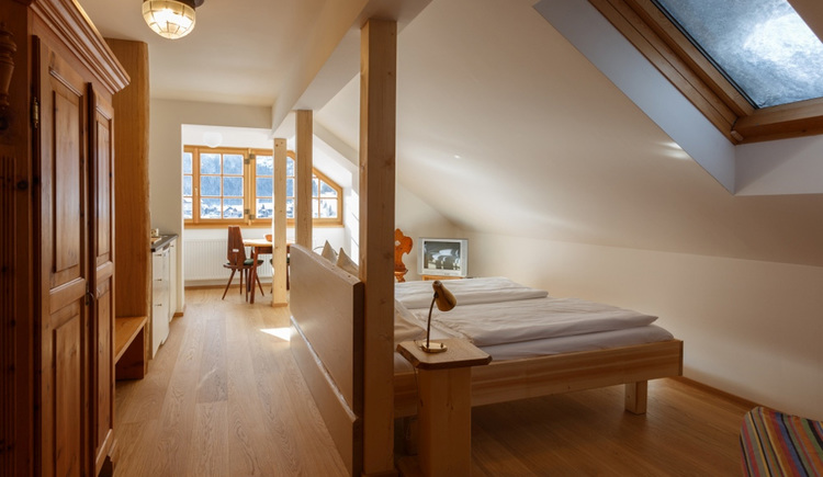 The Comfort Studio of the Apartment Hallberg with a small kitchen, a Dining Corner and a double bed