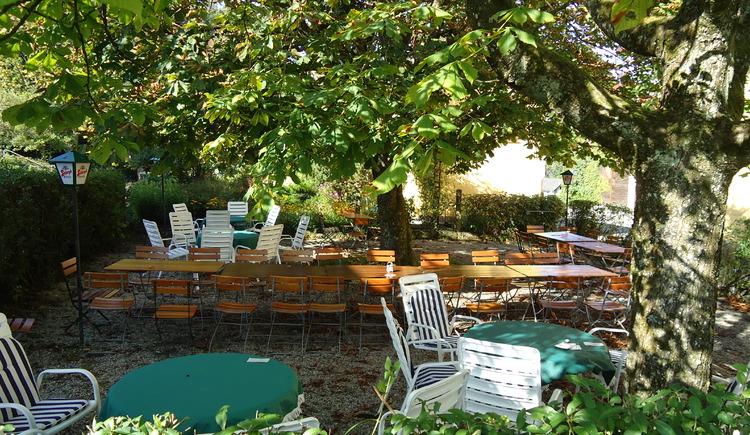 Schattiger Gastgarten unter Kastanienb\u00e4umen