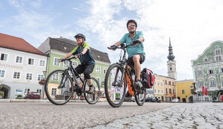 Radfahren am Marktplatz von Obernberg. (© Oberösterreich Tourismus GmbH/Moritz Ablinger)