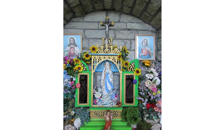 Blick auf Heiligenbilder, Heiligenfigur, Blumen