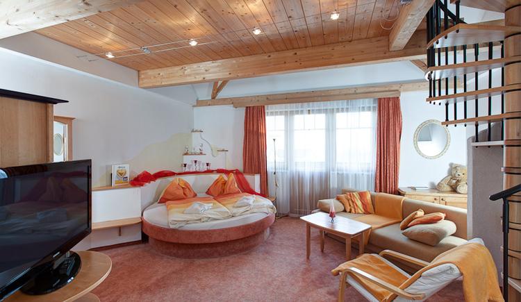 Mit einem runden Bett, Whirlpool, Terrasse und Etage. (© Maurerwirt)