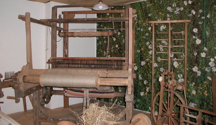 Alter Webstuhl aus Holz mit Spinnrad.