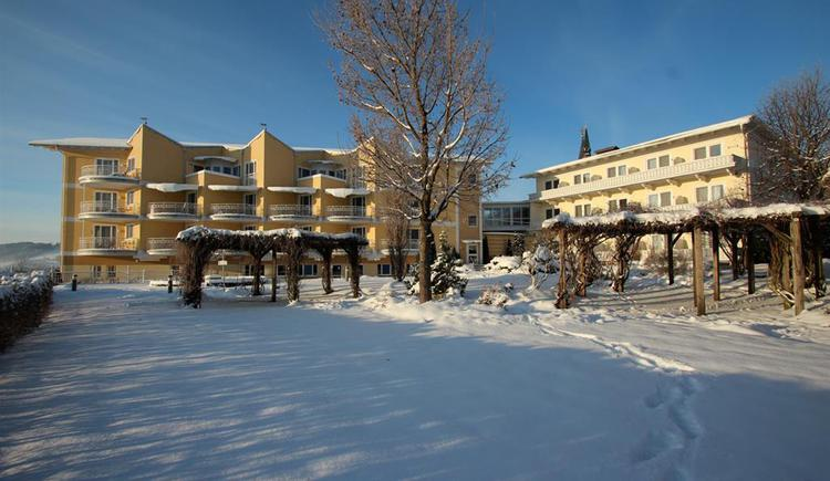 Almesberger Wellnessresort in Aigen-Schlägl, Garten im Winter. (© Almesberger Wellnessresort)