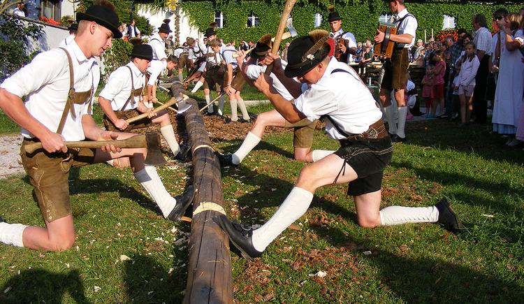 Tradition und Brauchtum - Maibaumumschneiden am Dorfplatz (© Tourismusverband Faistenau)