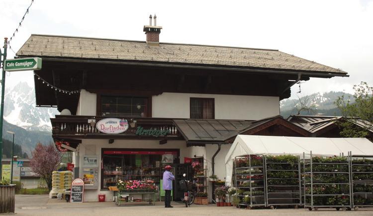 Der Dorfladen in Gosau am Dachstein bietet nicht nur Lebensmittel, sondern ist auch eine Trafik und Partner der Österreichischen Post. (© Elisabeth Grill)