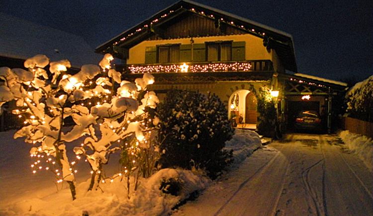 Haus Rosenwinkl in Strobl Wolfgangsee beleuchtet im Winter.