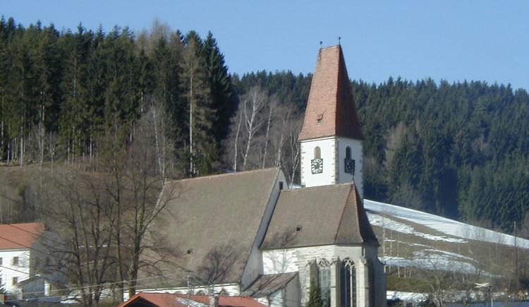 Pfarrkirche Hirschbach - Ansicht (© Martina Maier)