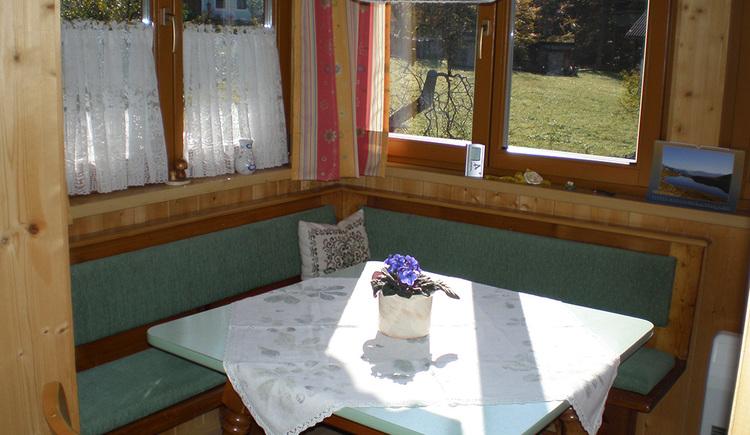 Gemütliche Sitzecke mit Blick auf den Garten.