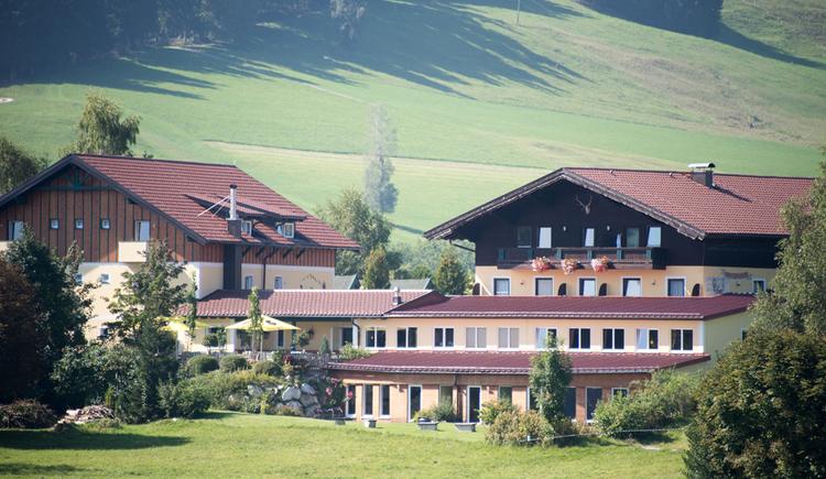 Blick auf das Hotel umgeben von Wiesen. (© Prielbauer)