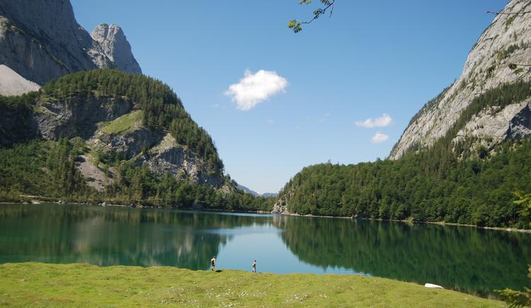 Blick von der Hohen Holzmeisterhütte auf den Hinteren Gosausee. (© Grill Elisabeth)
