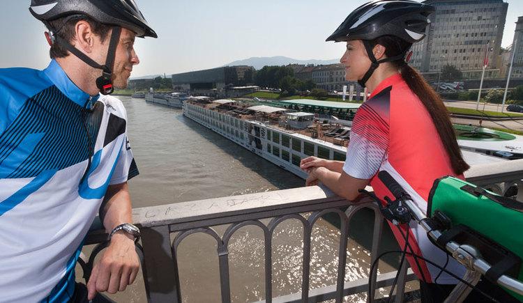 Radfahrer auf der Nibelungenbrücke in Linz (© OÖ Touristik/Himsl)