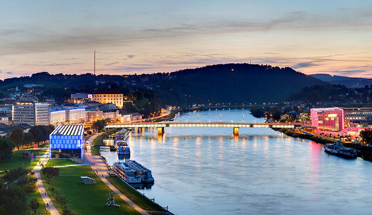Blick auf die Donau mit Nibelungenbrücke, AEC und Lentos (© Linz Tourismus/Johann Steininger)
