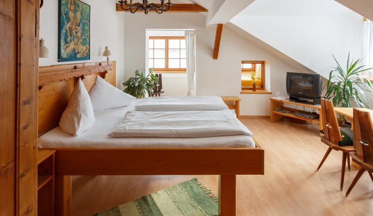 The comfort room with a double bed and a TV of the Apartment Hallberg