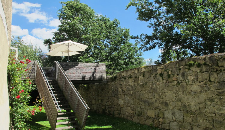Schloss Weinberg, Sonnenterrasse im Burggraben