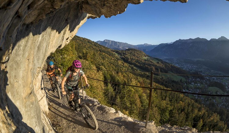 The Eternal Wall with its spectacular view of Bad Goisern must not be missing on the e-bike tour. (© WOM Medien GmbH Andreas Meyer)