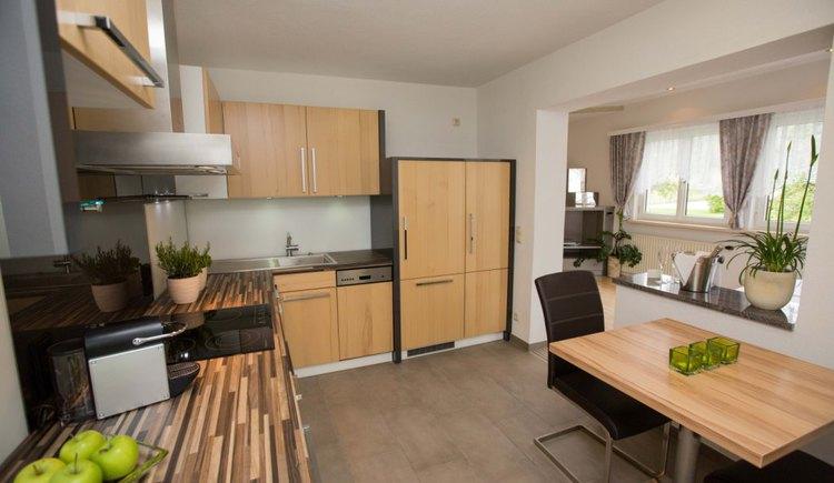 Dieses Apartment bietet Ihnen mit einem sehr hellen und freundlichen Ambiente Erholung auf 40 m². Großer Wohn- Schlafraum, offener Küchenbereich mit Balkon Richtung Westen (Abendsonne) Kann auch mit Frühstücksbuffet gebucht werden. (© Pension Knoll)