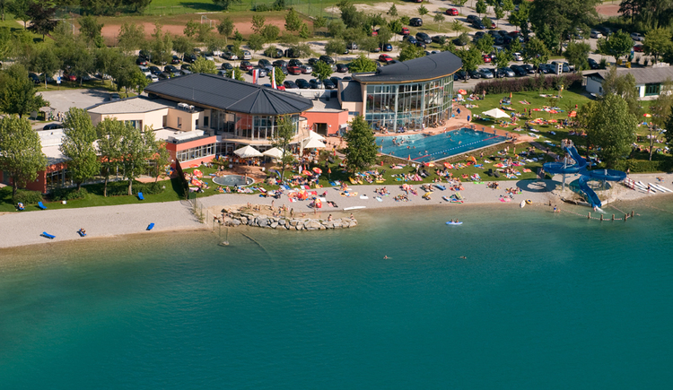 Public beach with heated outdoor pool, sauna and fitness area and restaurant with terrace. (© sky-blue Salzburg)