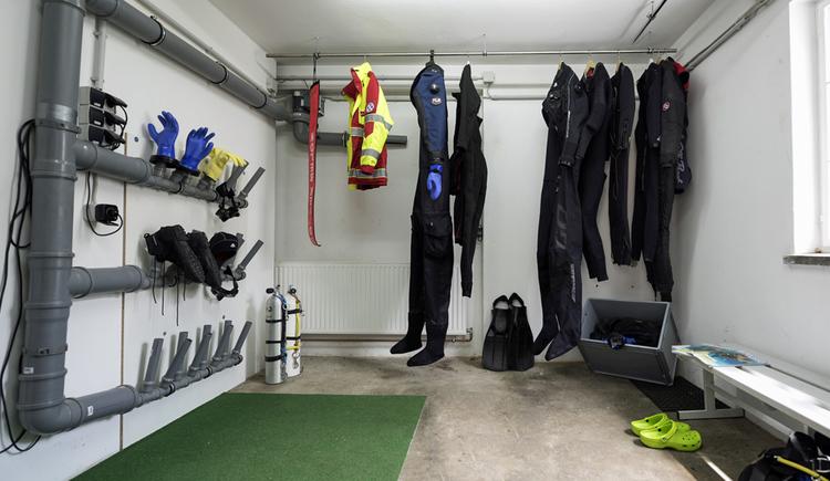 Trockenraum für Tauchanzüge und Tauchausstattung. (© Familie Ragginger/Klaus Costadedoi)