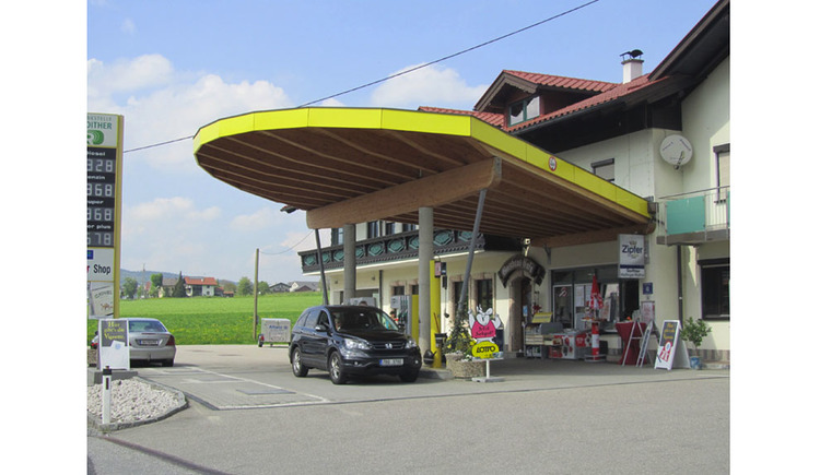 look at the Petrol Station, cars. (© Tourismusverband MondSeeLand)