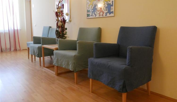 Sitzmöglichkeiten im Dorfcafe Thalheim (© Wels Marketing & Touristik)