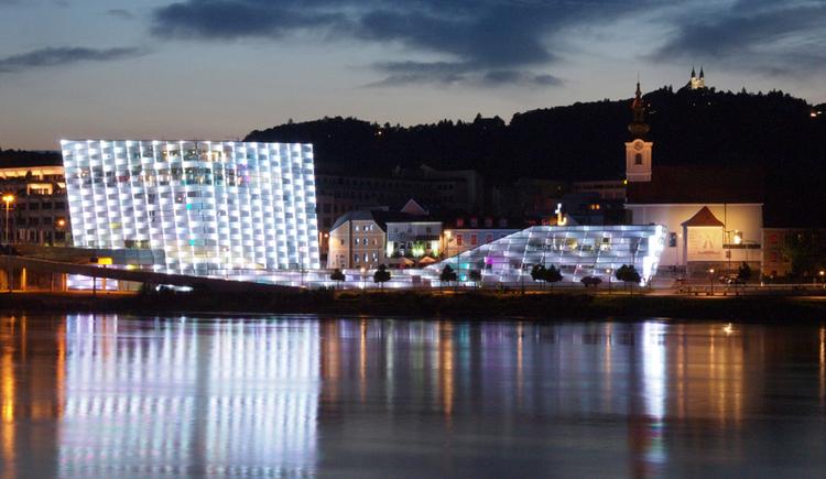 Außenansicht des Ars Electronica Center bei Nacht. (© Martin Hieslmair)