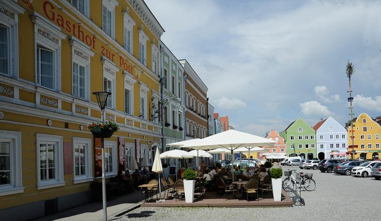 Hotel Gasthof zur Post in Obernberg am Inn - Haus Außenansicht und Gastgarten mit Blick auf den Obernberger Marktplatz