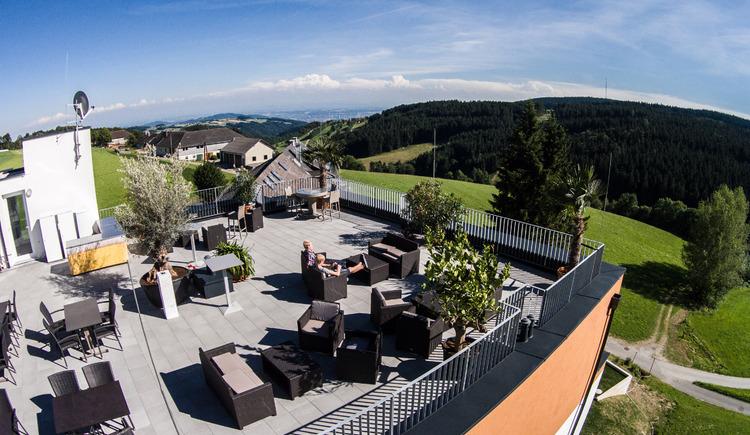 Blick gen Linz von der Terrasse des neu errichteten Hotelkomplexes