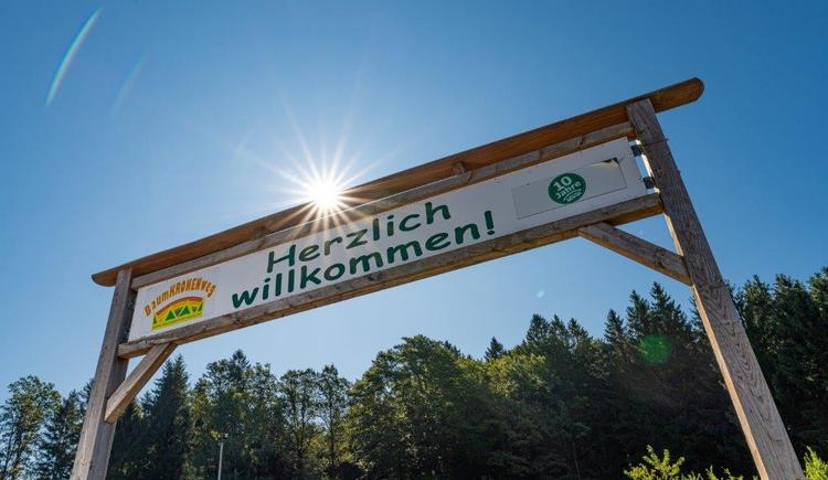 Herzlich Willkommen Schild (© Baumkronenweg Kopfing, OÖ)