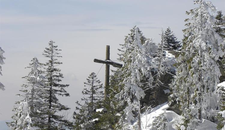 Schönbergfelsen mit Gipfelkreuz (© Ferienregion Böhmerwald)