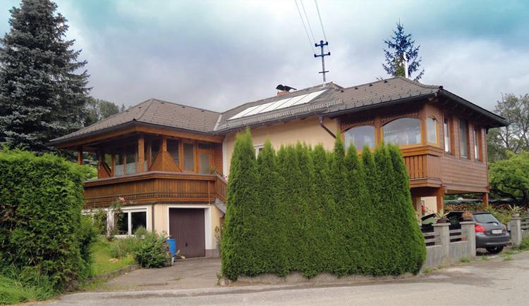 Blick auf das Haus Mitterbauer umgeben von Bäumen