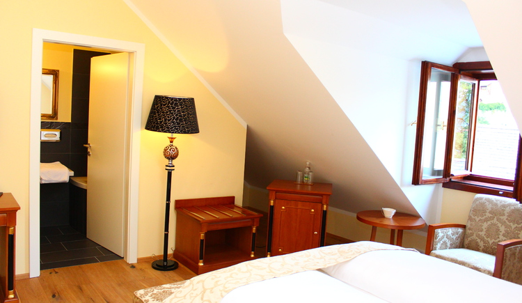The rooms at Seehotel Grüner Baum are furnished modern.