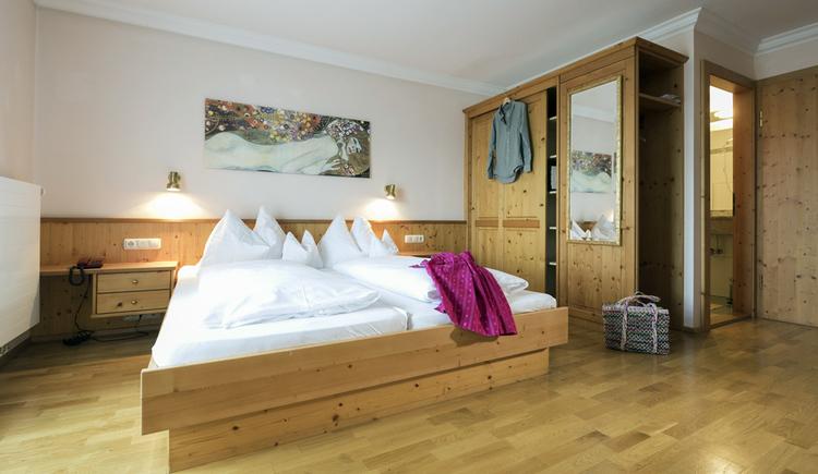 Zimmer mit Doppelbet und Kasten mit Spiegel, Gustav Klimt Gemälde an der Wand