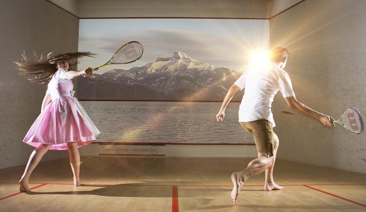 Personen beim Squash spielen in einer Box