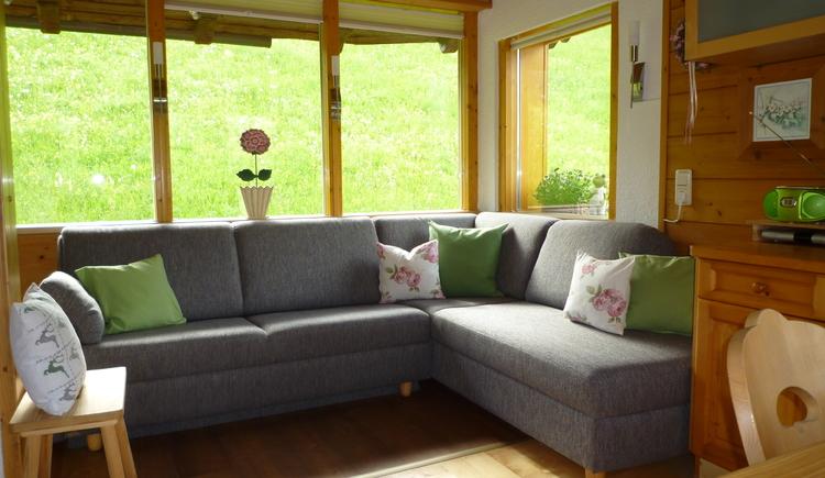 Entspannen sie auf der gemütlichen Couch und genießen sie den herrlichen Ausblick. (© Hummelbrunner)