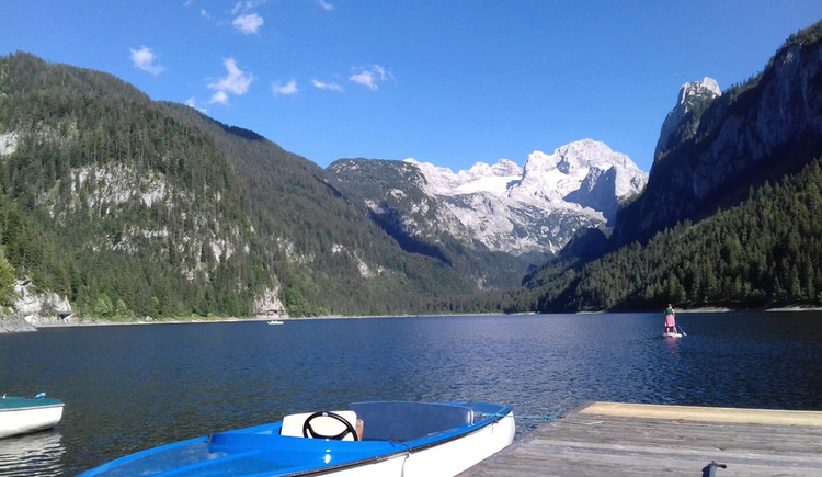 Am schnellsten fährt man mit dem Elektroboot über den Gosausee, immer mit dem Blick auf den Dachstein Gletscher. (© Johannes Lichtenegger)