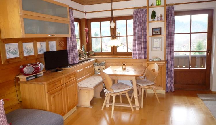 Mit viel Holz und liebe zum Detail eingerichtete Essecke mit Kommode und TV. (© TVB)