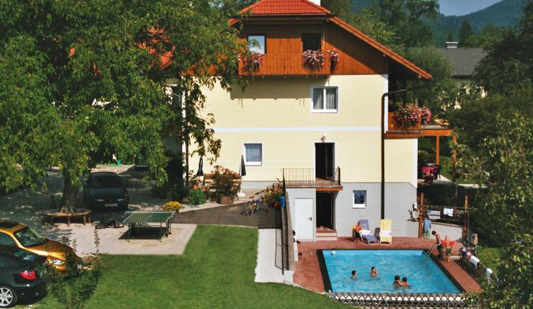 mit Blick auf den Swimming Pool. (© Pension Haus Helene, Fam. Haidinger)