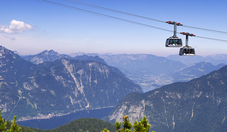 Dachstein Krippenstein cable car with distant view into the Inner Salzkammergut. (© Dachstein Tourismus AG/Manfred Schöpf)