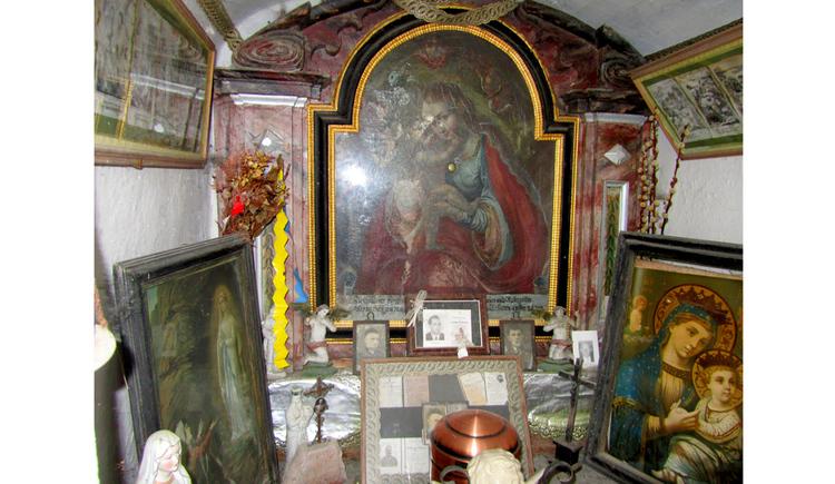 Blick auf viele Heiligenbilder