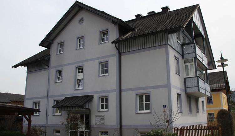 Die Zahnarztpraxis Dr. Miller befindet sich in diesem Gebäude im Zentrum von Bad Goisern