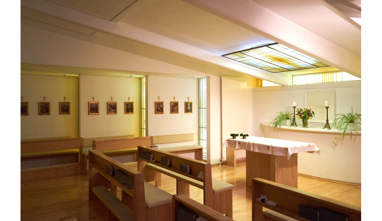 Holzbänke, Bilder an der Wand, Altar