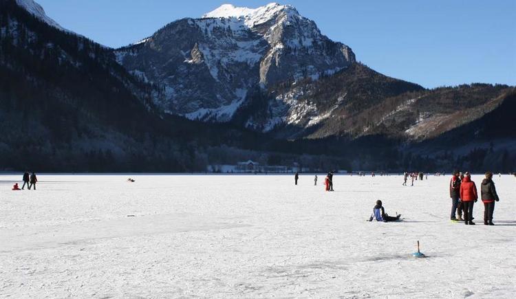 Eislaufen und Eisstockschießen (© Tourismusbüro Ebensee)