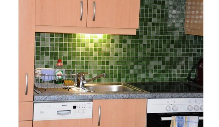Küche mit Geschirrspüler, Spülbecken, Herd