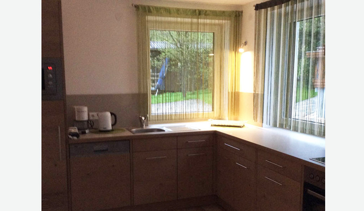 Küche, Kaffeemaschine, Wasserkocher, Geschirrspüler, im Hintergrund Fenster